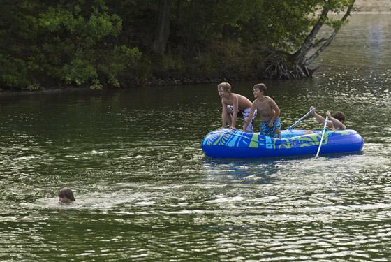Kinder im Schlauchboot auf dem Südsee
