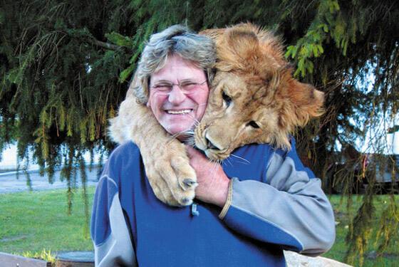 Mann und Löwe © Filmtierpark